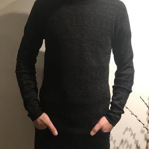 Varetype: Sweatshirt Farve: Sort  Flot mønstret uld strik fra Selected Homme med rund hals.  Kvalitet: 50% merino uld, 50% akryl