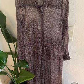 Kjole/kimono fra Neo noir Kan bindes i taljen og bruges som kjole.  Eller som kimono åben.  Nypris 599,-