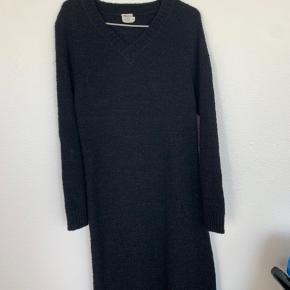 Lang sweater-kjole fra Magasin.
