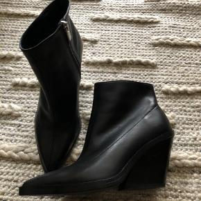 Zara western style boots in soft leather and zip on the side. Size 36, fits 36,5 too. Worn once, like new.