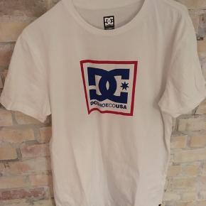 DC SHOES USA T-shirt  Str. large Hvid 100% bomuld Brugt én gang Nypris 300,-  Har også én i grå. Få begge for 299,-