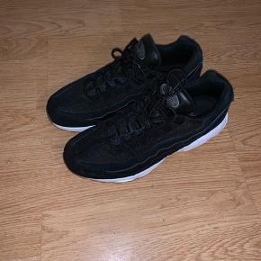 Nike air max 95  Brugt en gang. Cond: 9,8/10 Np: 1350 Str: 43 Kasse og bon haves  Skriv for flere billeder