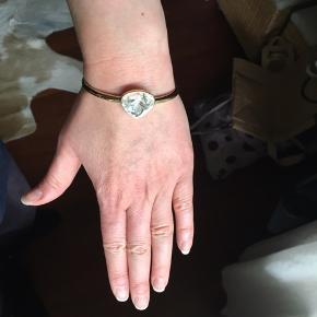 Smukt armbånd med helt klar sten. Måler ca. 6,5x5,5. Spørg endelig hvis spørgsmål :-) god dag!!!
