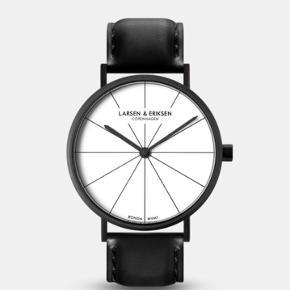 Flot ur fra danske Larsen Eriksen. Urskiven har en diameter på 41 mm.