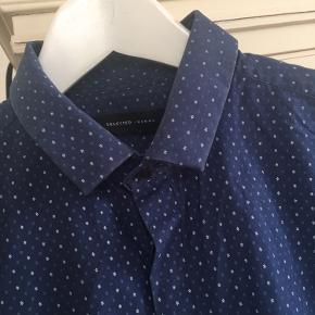 Fin skjorte, pæn som ny.  Fragtes med dao eller kan hentes i Aalborg