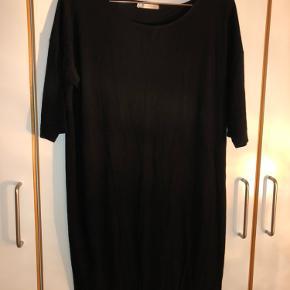 Sort kjole med stræk.