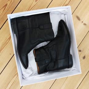 De populære Crisi Boots fra Isabel Marant i sort blødt læder med indbygget hæl. Ny pris 4050 kr - kom gerne med bud! De er i meget fin stand.