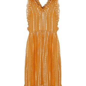 """Sælger denne her virkelig cool collectors item kjole fra Custommade by Numbers. Custommade by Numbers er en speciel kollektion af tøj fra mærket Custommade, der er limited edition og hvor der kun er lavet meget få af hver style. Denne kjole, """"Wica"""" kjolen, er der kun lavet 35 stk af i hele verden! Som det ses på sidste billede er denne nr. 19/35, i det håndsyede mærke der sidder i ryggen. Kjolen er perfekt egnet til dig der er interesseret i designhistorie og mode, og som vil elske at have et lille stykke kunsthistorie hængende derhjemme 😍 Derudover er den jo PERFEKT til tidens julefrokoster og ikke mindst nytår, fordi den simpelthen glitrer så sindssygt 🤩  På grund af at de er limited edition så er prisen selvfølgelig høj, og denne kjole koster 3000kr fra ny. Jeg sælger min for kun 1600kr!  Den er brugt få gange og der er INGEN brugsspor bortset fra en lillebitte plet på indersiden af det inderste stof, som ingen nogensinde ser😊  Jeg kan sende den forsikret med DAO eller den kan hentes i Kgs. Lyngby."""