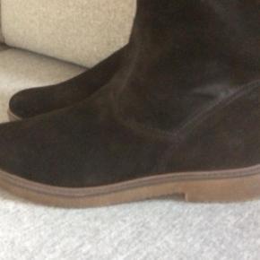 Ruskindsstøvler købt sidste år , desværre har jeg ikke fået dem brugt så de må videre. De har kun været prøvet på  Vinterstøvler Farve: Sort Oprindelig købspris: 1299 kr.