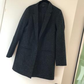 Smuk blazer i uld blanding fra COS. Brugt og har lidt fnuller i ulden, men udover det er den stadig i pæn stand. Str. 36. Bytter ikke. Den har ca. samme pasform som blazeren på sidste billede. Bytter ikke.