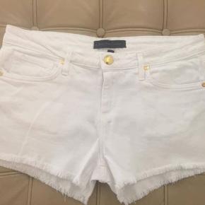 Skønne hvide jeans shorts. str 29.  Brugt få gange. Porto 38 kr.  Betaling mobilpay ellers ts gebyr oveni