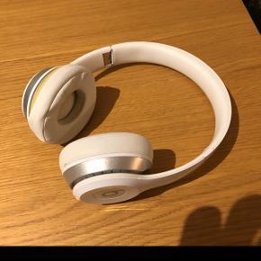Beats on-ear bluetooth Nypris 1600kr Sælges for 200kr  Lidt slidte og bærer præg af at have været brugt men virker fint.   Betalingsmetode: MobilePay eller kontant.   Kan afhentes efter aftale.