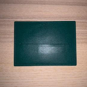 Hej TS,  Jeg sælger en ROLEX 'Certificate Card Holder'. Kortholderen er i perfekt stand og står som ny.   // Victor