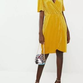 Smuk gul kjole i fin stand, stor i størrelsen, og kunne sagtens gå for at være en XL.