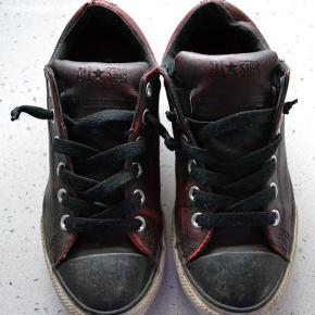 Varetype: De sejeste Converse i læder Størrelse: 37½ Farve: Bordeaux  De sejeste originale Converse. Købt i Australien. Smart bordeaux farve. Læder. Korte snørebånd der holder sig selv.   Se også mine øvrige annoncer.  Bytter ikke.  (FT)