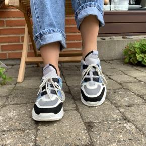 Fine sko fra Philip Hog i str. 38. Skoene er en smule store i størrelsen.  Der er en smule 'skrammer' på skoens sål efter brug men ellers i fin stand :)