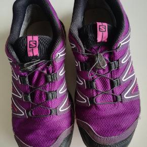 Salomon outdoor sko, god til vandring og terrænløb. Sælges kun fordi jeg har fået et par nye.  Vejl. Pris. 1300kr. Sælges for 750kr.