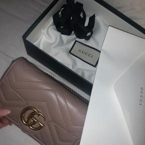Gucci marmont super mini taske i Dusty pink sælges. Tasken har aldrig været brugt og står derfor som helt ny. Alt medfølger.  Det er mulighed for at se tasken i København eller efter aftale i Vejle. Jeg foretrækker at mødes og handle, men hvis det er efter købes ønske kan den sendes, mod betaling som forsikret pakke.