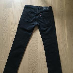 Rigtig fede slim fit Levi's Jeans i str. 31/32. De er lidt slidte øverst på bagsiden og i skridtet, men ingen huller eller revner! Nypris 700,-