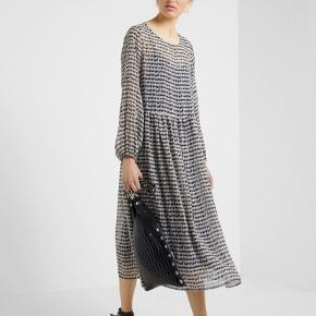 Kjolen har lange ærmer med elastik afslutning og der medfølger sort underkjole.