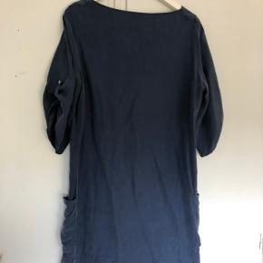 Fin silketunika med lommer foran og vandfald i halsen.