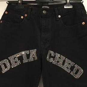 Detached London Rhinestone jeans. Lavet på vintage Levi's jeans.Str. Fitter en waist 28-29 måske en lille 30  Fast pris 500kr