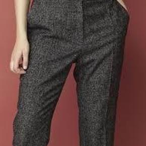 Varetype: bukser uldbukser uld Størrelse: 32 Farve: Mørkegrå  Sælger disse flotte bukser fra Malene Birger.  De sælges for 450 + porto eller kan afhentes på Østerbro :-)