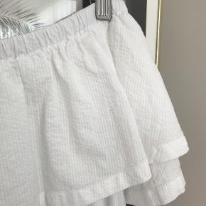 Den smukkeste off-shoulder-kjole fra Minimum.  Flot kvalitet med struktur. 100% bomuld.