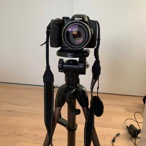Sælger mit Nikon Coolpix p6000 kamera, da jeg ikke får det brugt. Kameraet er købt nogle år tilbage men fremstår i perfekt stand, da det ikke er blevet brugt specielt meget. Det tager super billeder og videoer. Det har specielt en god zoomfunktion og flipskærm, så man har mulighed for at tage billeder/filme sig selv. Med kameraet medfølger alt: oplader, stik til computer, manual osv. Derudover også en kamerataske og et kamerastativ, hvis det ønskes.  Samlet har tingene kostet omkring 3000 fra ny