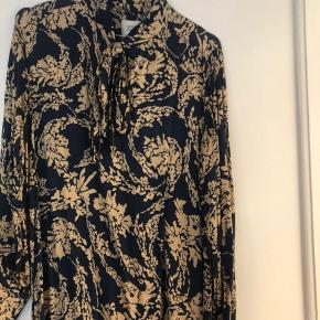 Smuk kjole fra Second Female med bindebånd. Bindebåndet kan blandt andet laves til en sløjfe i halsen.   Se blandt andet mine andre annoncer fra By Malene Birger, Isabel Marant + (Etoile), Zara, Cos, Arket, Acne, Ganni og H&M.