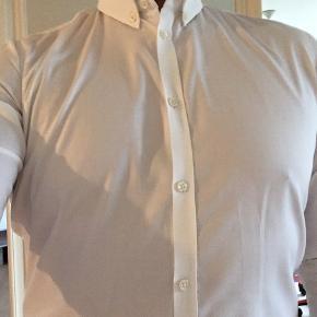 Klassisk hvid skjorte. Slim fit med skønt snit