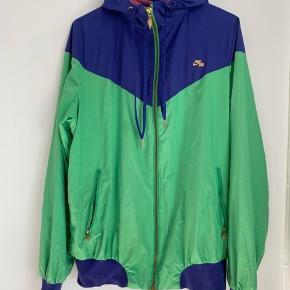 Nike jakke, lille hul i, se billede  Sendes med DAO 📦 Bud er velkommen ☀️  Priser eksklusiv fragt 🖐🏼