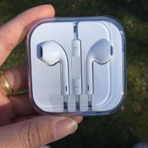 Apple høretelefoner Aldrig brugt - stadig i original indpakning Nypris: 289 DKK MP: 50 DKK