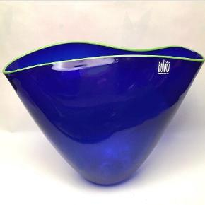 Pernille Bülow glas klemmevase, ca. 15 cm. høj. Blå med lysegrøn kant foroven.