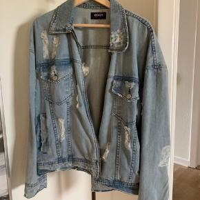 OTHER UK Denim Jacket Str. Medium - fitter Large Nypris: 1600 kr  Skriv for yderligere information