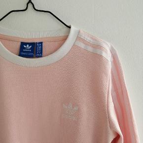 Lyserød bluse fra Adidas