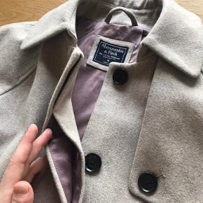 Stilren jakke, 2 år gammel. Lidt slid på knapper og ærmer samt for. Nypris 620 kr.