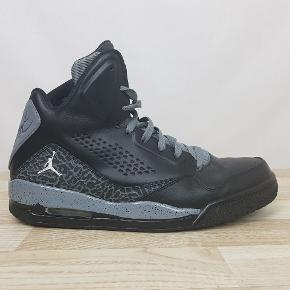 Detaljer:   Brand: Jordan  Model: 641444-003 (Flight)   Størrelse: 46  Farve: Sort og grå.     Hvis du er på udkig efter sko, så skal du være mere end velkommen til at tage et kig på min lille skohylde og se om der er det fodtøj du står og mangler.