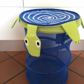 Smart opbevaring til børneværelset til f.eks. bolde, eller andet legetøj. Størrelse: 30 x 70 cm Bytter ikke. Se også mine øvrige annoncer. (LT)
