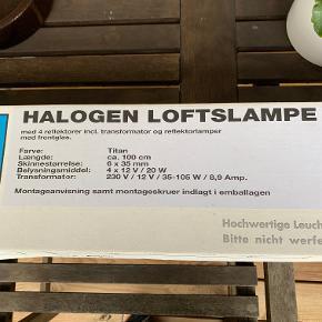 S-formet halogen loftlampe med 4 lamper. Titan-chrom og har aldrig været brugt og søger nu et nyt hjem. Sendes ikke. Længde ca 1 m. Pris kr 50