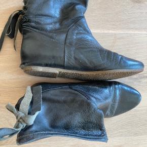 Støvletter med blød og behagelig sål og snørrer bagpå.