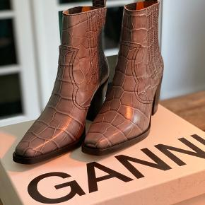 I bought these beautiful Ganni shoes online but never wore them a day unfortunately, so I thought they should get a chance to live out their purpose with another owner! :-)