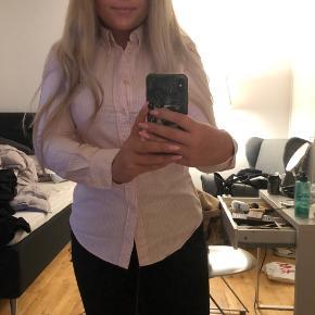 Lyserød og hvid skjorte fra Ralph Lauren i str. M Brugt få gange