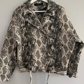 Super fin overgangs jakke i slangeprint. Brugt to gange.