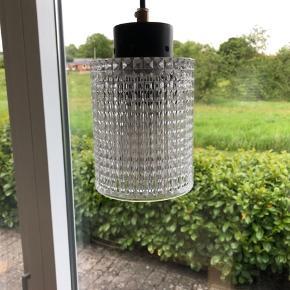 Vanvittig smuk 60'er lampe med skærm i krystal. Så smuk og tidsløs i sit design. Giver et rigtig dejligt lys. Design: Carl Fagerlund for Orrefors. I topstand og uden skader eller skår. Højde på glasskærm 14cm Ø 10,5cm