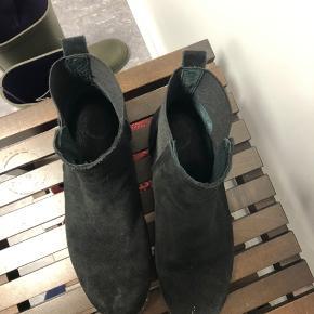 Ruskindsstøvler. De er brugt et par gange men der er brugsspor som ses på billederne.