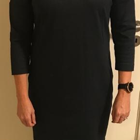 Skøn kjole med 3/4 ærmer. Bryst 2 x 52 cm Længde 85 cm
