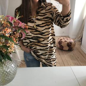 Tigerstribet tunika med den fineste udskæring. Skjorte-ærmer :-)   Bytter ikke. Aldrig brugt