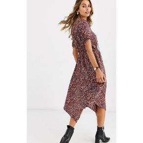Bordeaux farvet kjole fra 'Vero Moda' i str. XS.  Aldrig brugt. Elastik i taljen. Ikke gennemsigtig.  (Modellen på billederne er 170cm og bærer en str. S)   *Bytter ikke. *Prisen er fast. *Varen sendes fra dyr og røgfrit hjem.