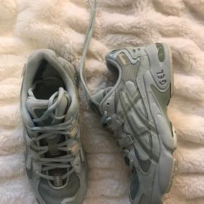 Sindssyg flotte asics sneakers. Kun brugt og gået med to gange. Sælges da de desværre er lidt for små
